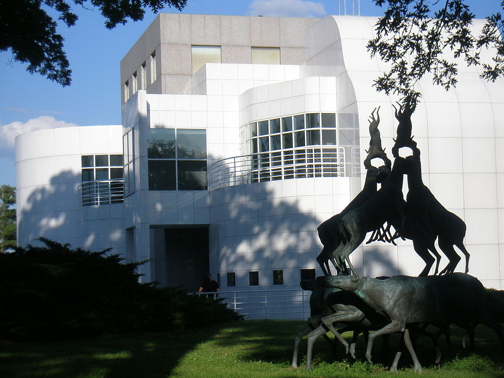 exterior of des moines art center with sculpture